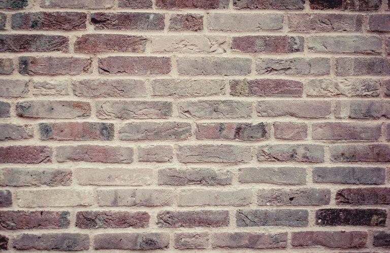 bricks 459299 1280 768x499 - Tajemnica w ogrodzie - jak ją utworzyć?